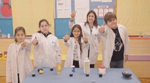 grupo de escolares exitosos tras experimento Trilema