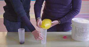 Experimento con cloro en Químicos con delantal